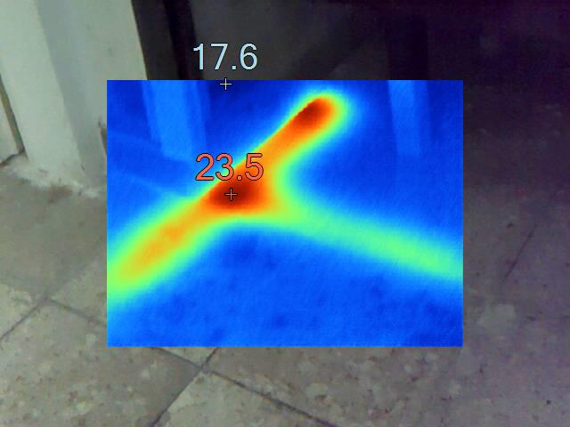 כך נראה נזילה מתחת לריצוף,ניתן להבחין בכתם האדום בזווית המצביע על נזילה שמקרינה כלפיי מטה