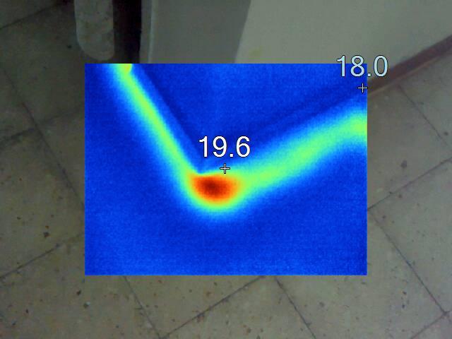 כך נראת נזילה מזווית 90 מעלות מתחת לריצוף דרך המצלמה
